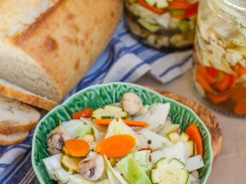Salata sa šampinjonima i kiselim povrćem