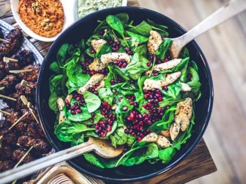 Pileća salata sa spanaćem i narom