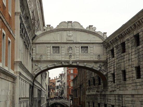 Most uzdaha – most ljubavi ili tamnice